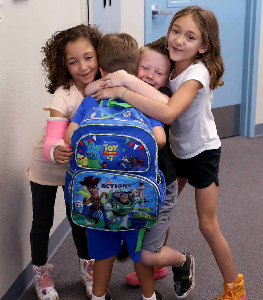 Los estudiantes, desde la izquierda, Willow Dennis, 5, Luca Pacella, 5, Daniel Carter, 5, y Ell ...