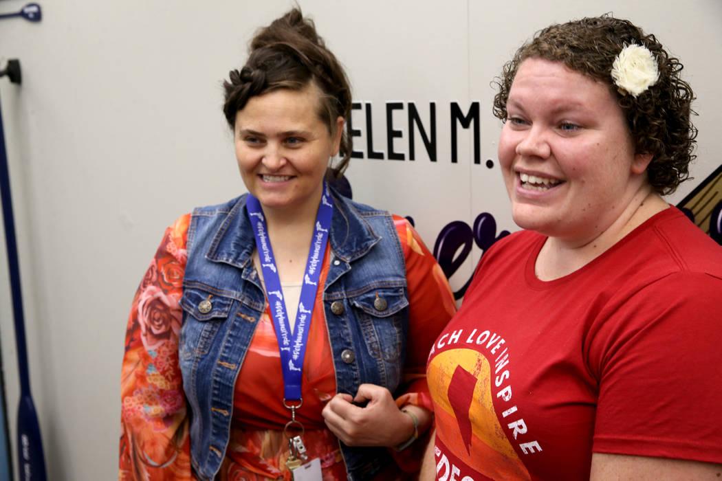 Las maestras de kindergarten de la escuela primaria Helen Smith, Abigail Peterson, a la izquier ...