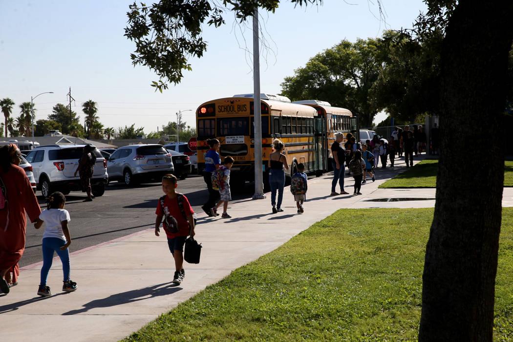 Estudiantes llegan a la escuela primaria Helen Smith en Las Vegas el jueves, 29 de agosto de 20 ...