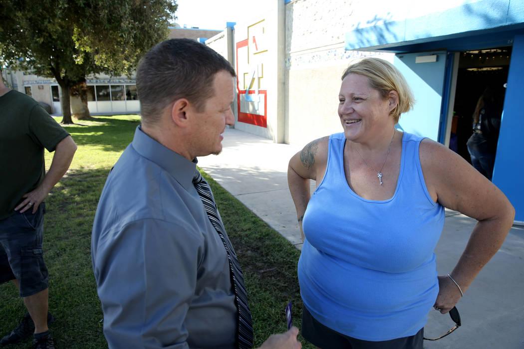 La madre Anastasia Reveal-White, habla con el director de la escuela primaria Helen Smith, Robe ...