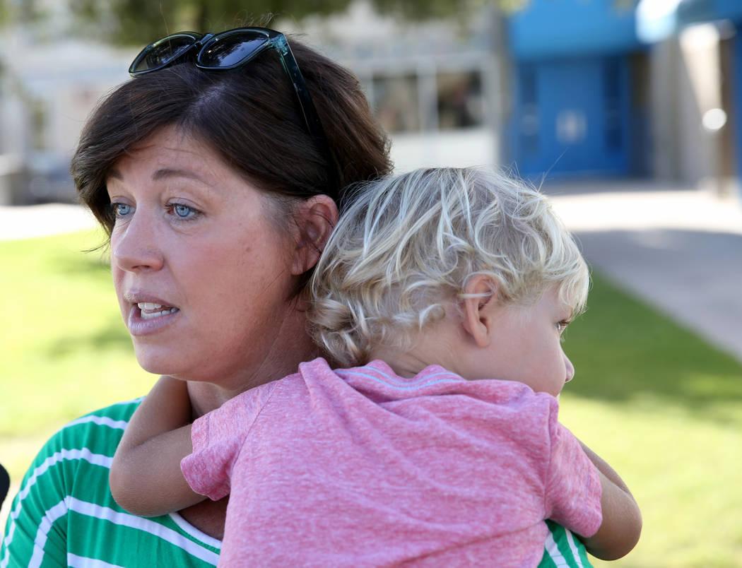La madre Shellie Tingey, habla con un periodista mientras sostenía a su hijo Stafford Tingey, ...