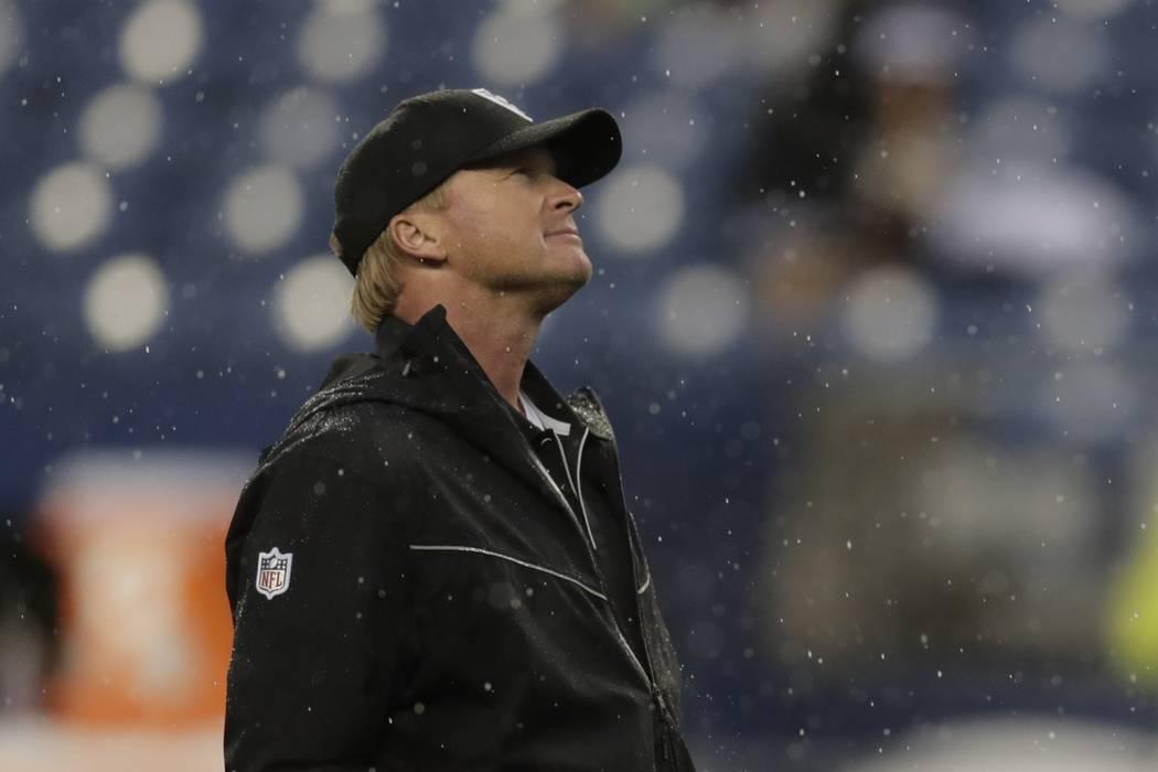El entrenador en jefe de los Oakland Raiders, Jon Gruden, se encuentra en el campo antes de un ...