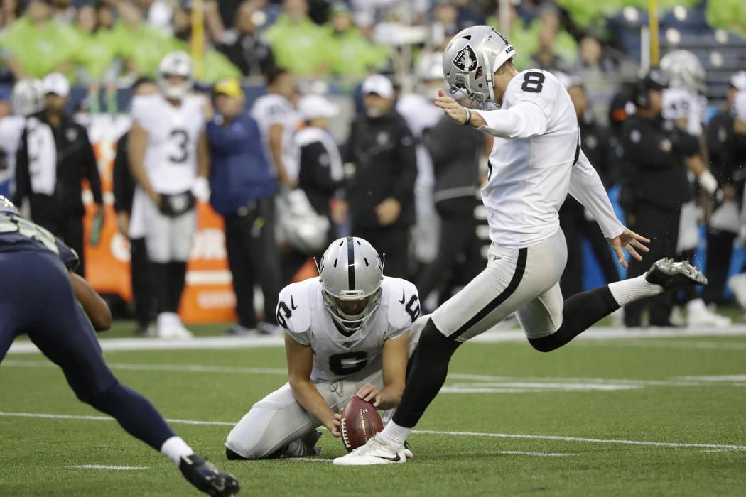 El pateador de los Oakland Raiders, Daniel Carlson (8) patea un gol de campo durante la primera ...