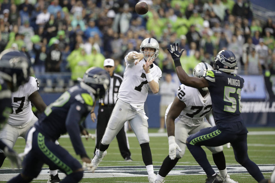 El mariscal de campo de los Oakland Raiders, Mike Glennon (7), pasa el balón contra los Seattl ...