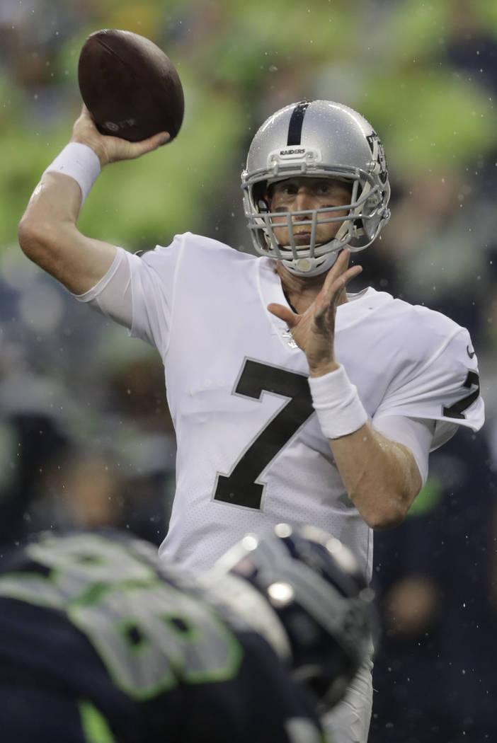 El mariscal de campo de los Oakland Raiders, Mike Glennon, lanza el balón contra los Seattle S ...