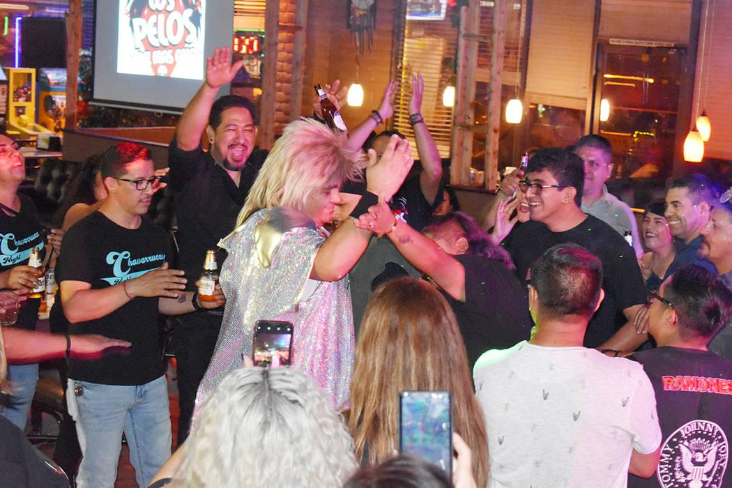 Juan Valdespino, guitarrista-vocalista de la novedosa agrupación Los Pelos del Más Allá, se ...