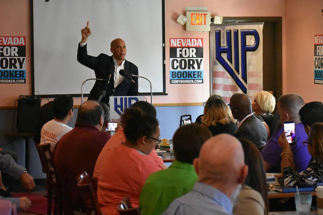 El senador Cory Booker hizo el esfuerzo de hablar español para responder una pregunta de Chisp ...