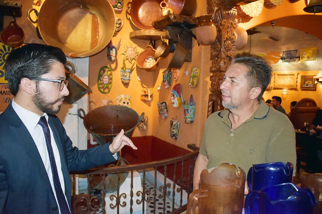 Renzo Olivari conversa con el propietario de Lindo Michoacán, Javier Barajas. El oriundo de Tu ...