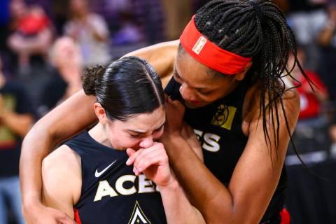 A'ja Wilson, de Las Vegas Aces, consuela a Kelsey Plum después de su victoria contra Los Án ...