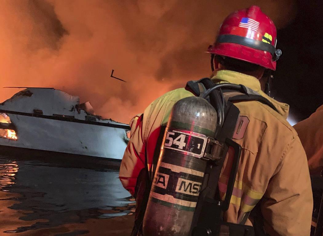 En esta foto proporcionada por el Departamento de Bomberos del Condado de Ventura, los bomberos ...
