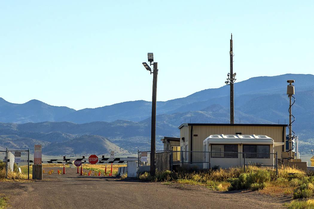 La puerta trasera de la base militar del Área 51 en Groom Lake sin signos de actividad el juev ...