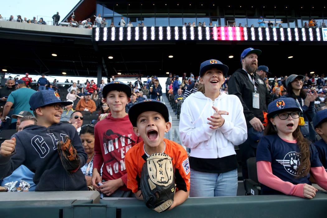 Grayson Gould, de 10 años, desde la izquierda, Brandon Kelly, de 11, Ruben Hernández, de 7, G ...