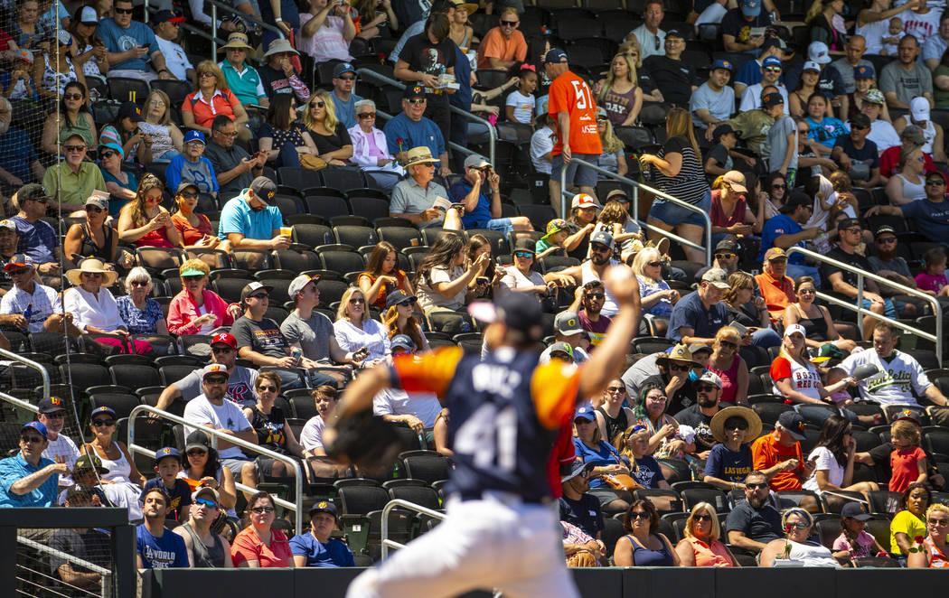 Fans de los Aviators observan cómo el lanzador Norge Ruiz (41), lucha contra los Tacoma Rainie ...