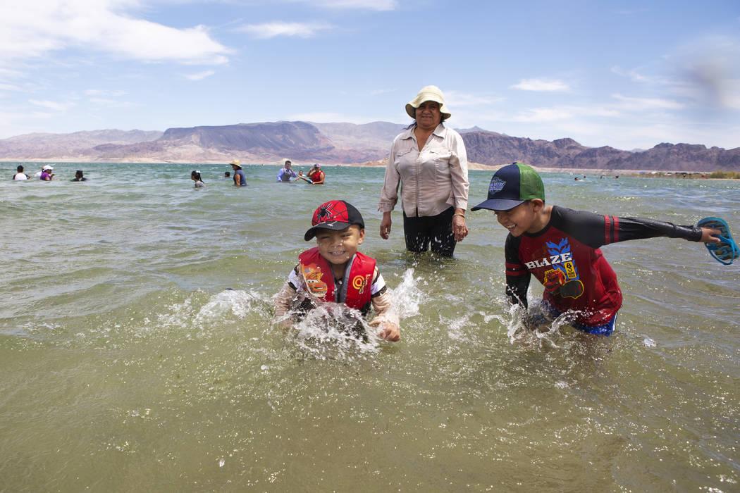 Jaiden Sánchez, de cuatro años, a la izquierda, y su hermano, Jason, de siete, a la derecha, ...