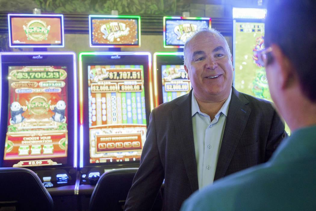 El dueño del casino Emerald Island, Tim Brooks, habla con la gerente en turno, Sharon Opsta, d ...