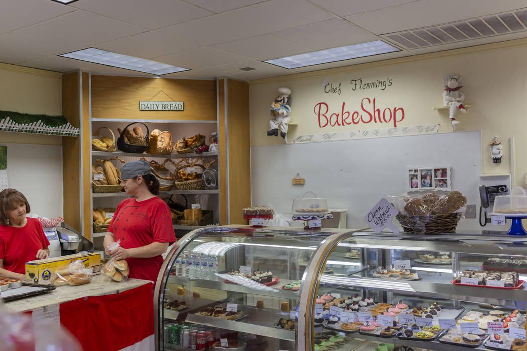 La gerente de la pastelería del Chef Flemming, Natalie Buhle, a la izquierda, y la panadera as ...