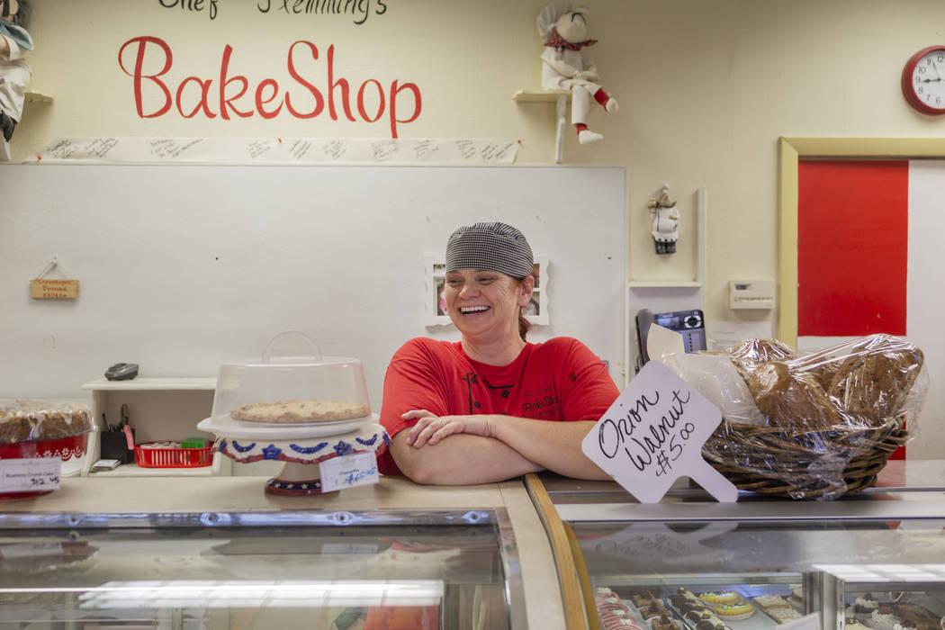 La asistente de la panadería del Chef Flemming, Vicki Efurd-White, en la tienda de South Water ...