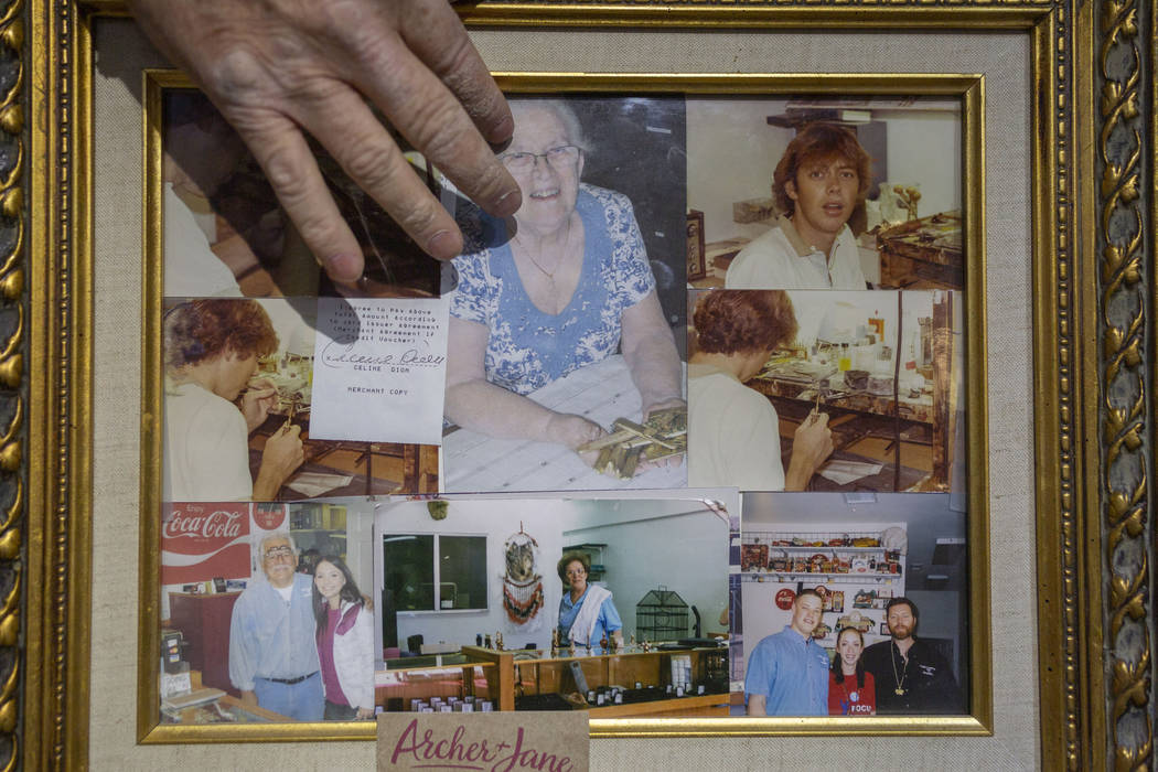 El propietario de Gold Casters Jewelry, Michael Holland, comparte algunos recuerdos preciosos, ...