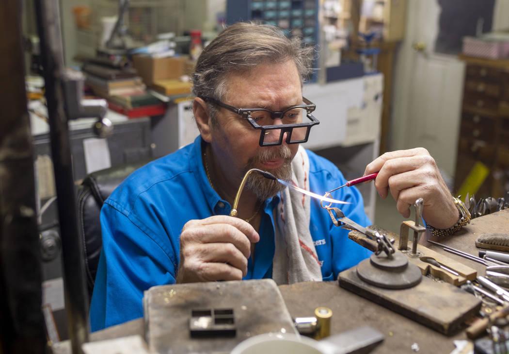 El propietario de Gold Casters Jewelry, Michael Holland, prepara un anillo de bodas para ser es ...
