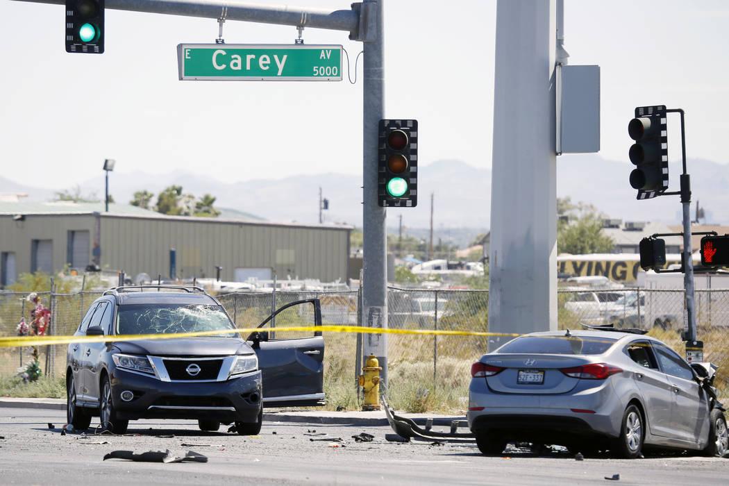 Al menos una persona murió en un accidente de varios vehículos en la intersección de Nellis ...