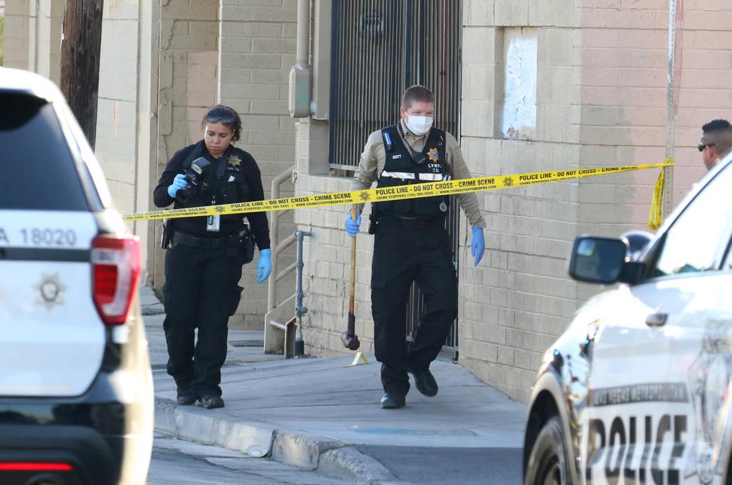 La policía de Las Vegas recolecta evidencia en la escena del crimen donde una mujer fue asesin ...