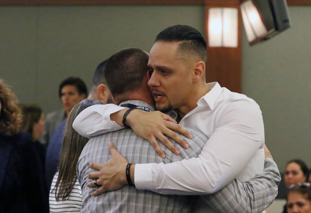 Alberto Sarabia, a la derecha, padre de la víctima Angelina Erives, de 11 años, abraza a Brya ...