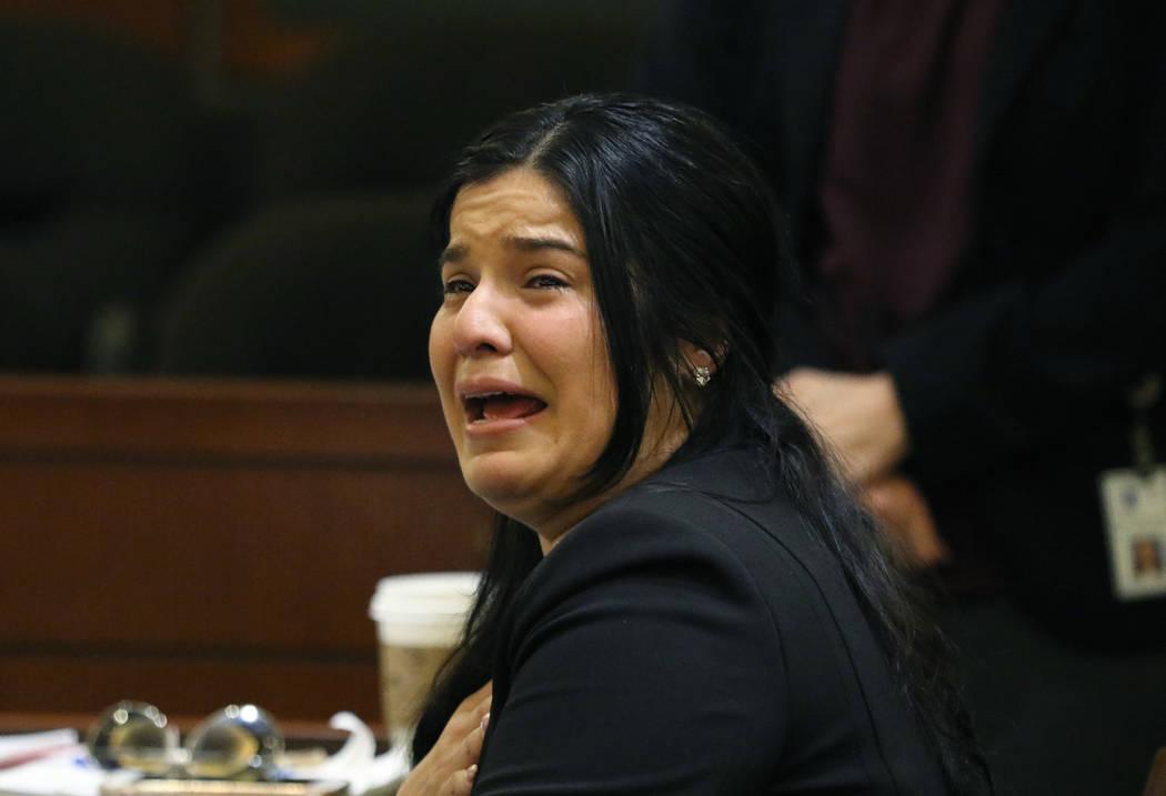 Anabel Sarabia, madre de la víctima Angelina Erives, de 11 años, llora mientras presenta su d ...