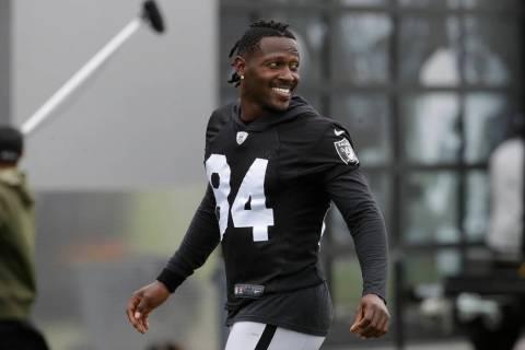 Antonio Brown de los Oakland Raiders sonríe antes de estirarse durante la práctica de fútbol ...