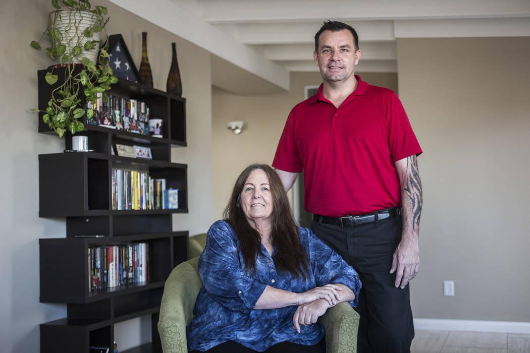 Michael Russell con su madre, Jill Drysdale, en su casa de Las Vegas el 11 de enero de 2019. (R ...
