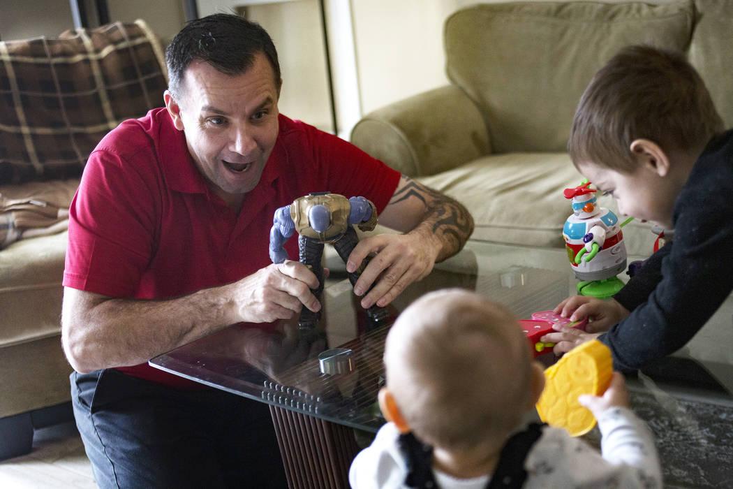 Michael Russell juega con su sobrino nieto Cameron Gonzáles, de dos años, y su sobrina nieta ...