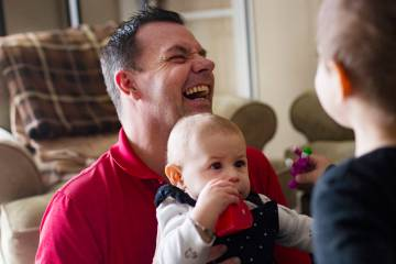 Michael Russell juega con su sobrina nieta Ava Gonzales, de 11 meses, en su casa de Las Vegas e ...