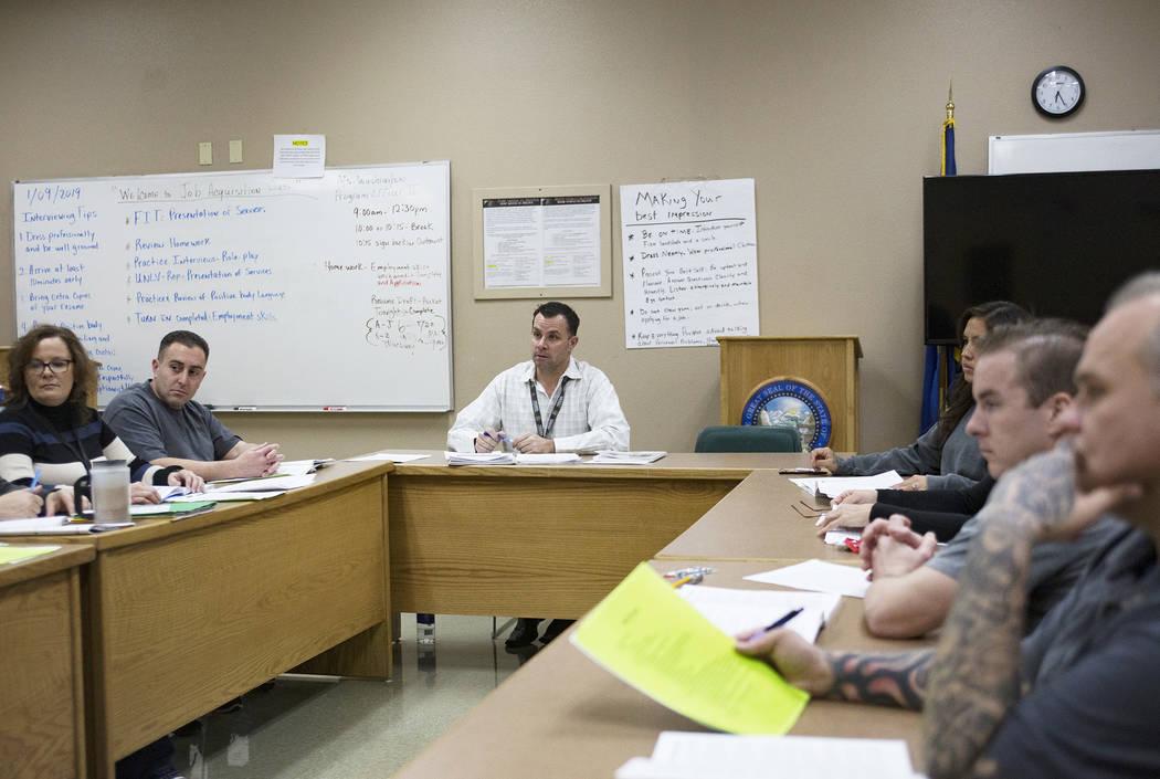 Michael Russell dirige una clase de Terapia de Reconocimiento Moral en Casa Grande, una instala ...