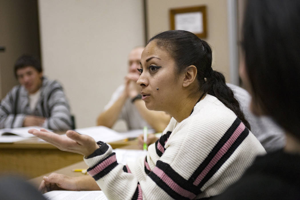 La reclusa Yesenia La Rue hace una pregunta durante la clase de Terapia de Reconocimiento Moral ...