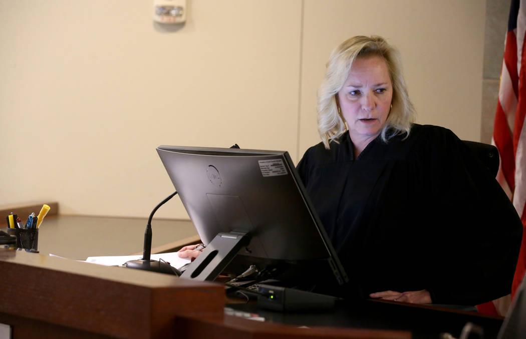 La jueza de paz de Las Vegas, Ann Zimmerman, preside mientras Chuck Chaiyakul, de 38 años, acu ...