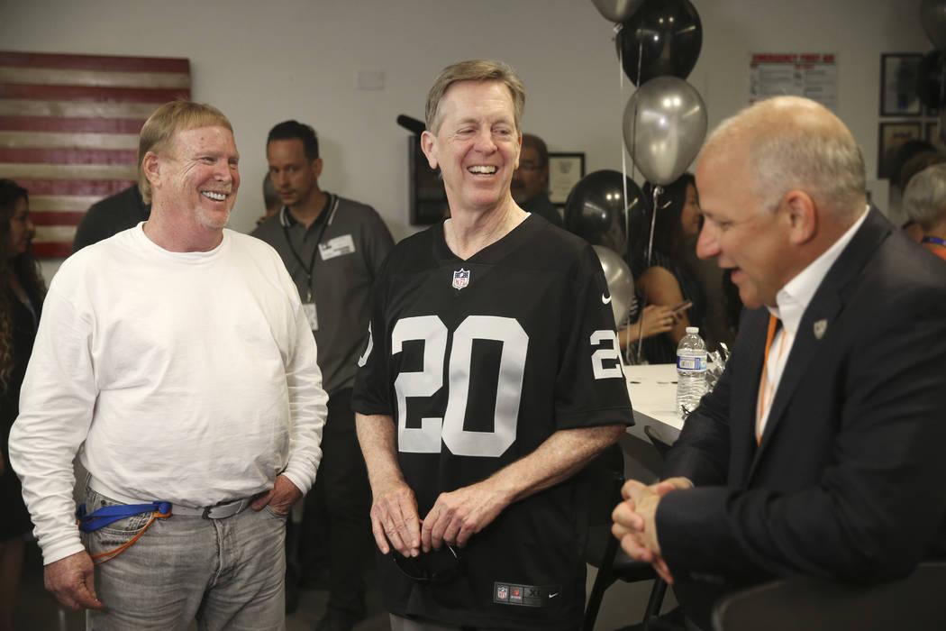 El presidente y director ejecutivo de Allegiant, Maury Gallagher, centro, con el propietario de ...