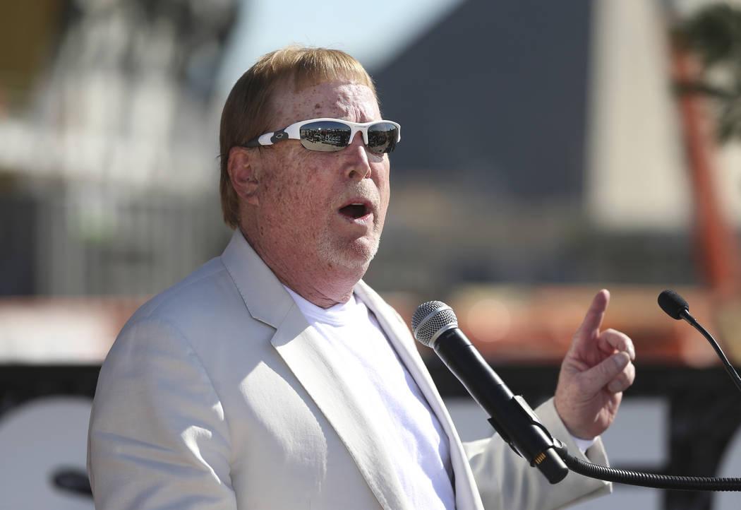 El propietario de los Raiders, Mark Davis, habla durante la ceremonia de nombramiento del estad ...