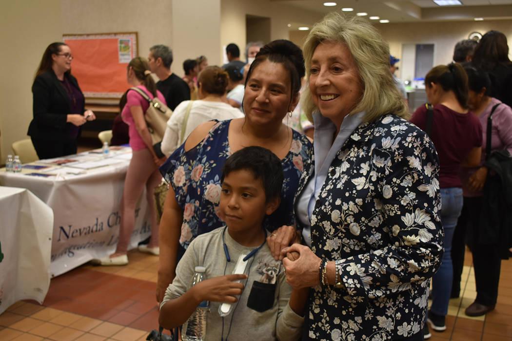 La congresista Dina Titus se dio el tiempo para interactuar con los asistentes. Miércoles 4 de ...