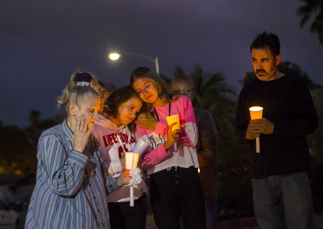 Mary Ann Ratay, a la izquierda, habla sobre su hija, Jennifer Ratay, durante un velorio en su m ...