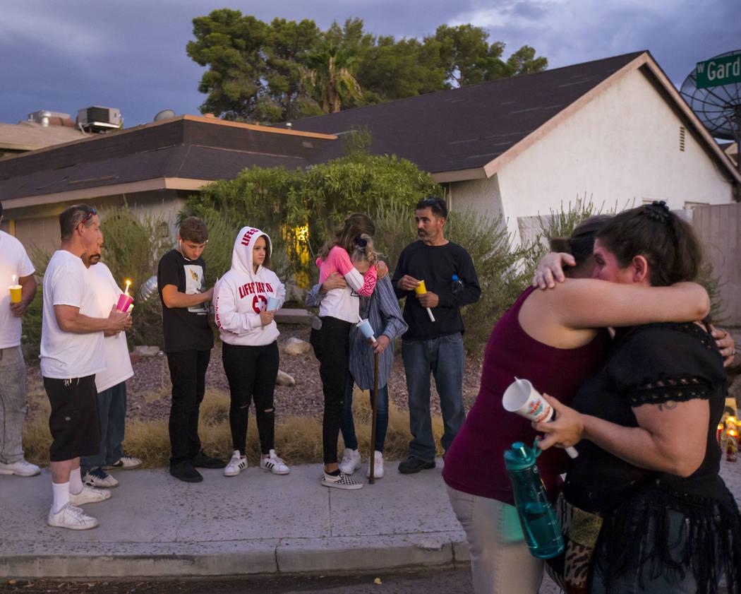 Kelsi Jackson, de 15 años, en el centro, abraza a su abuela, Mary Ann Ratay, durante un velori ...