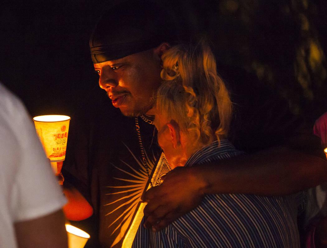 Mario Smith consuela a Mary Ann Ratay durante un velorio en memoria de Jennifer Ratay, hija de ...