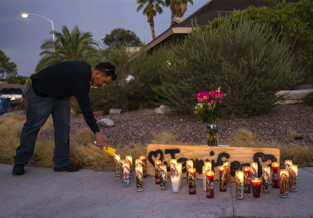 Carlos González, un viejo amigo de la familia de Jennifer Ratay, enciende una vela antes del i ...
