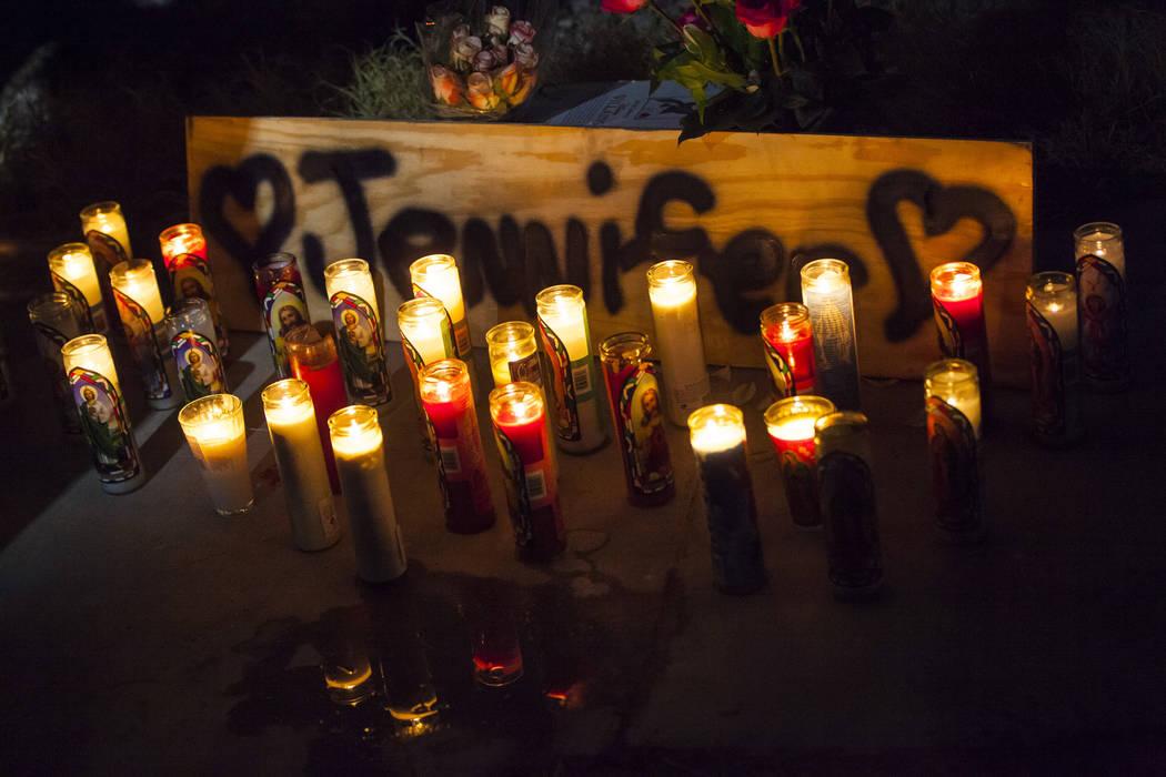 Las velas del velorio en memoria de Jennifer Ratay afuera de la casa donde fue encontrada muert ...