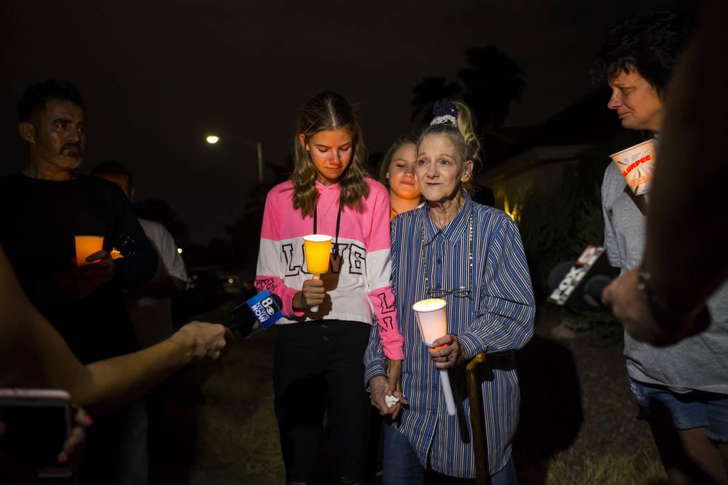 Kelsi Jackson, de 15 años, a la izquierda, y su abuela, Mary Ann Ratay, hablan sobre sus recue ...