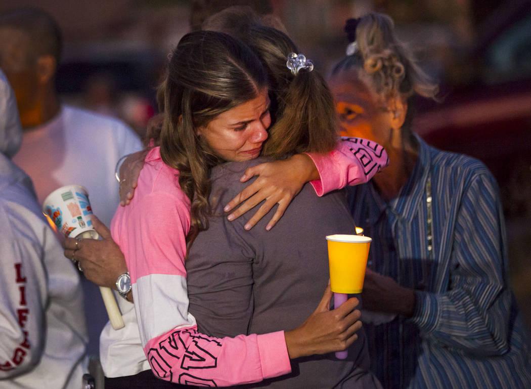 Kelsi Jackson, de 15 años, centro izquierda, es consolada durante un velorio en memoria de su ...