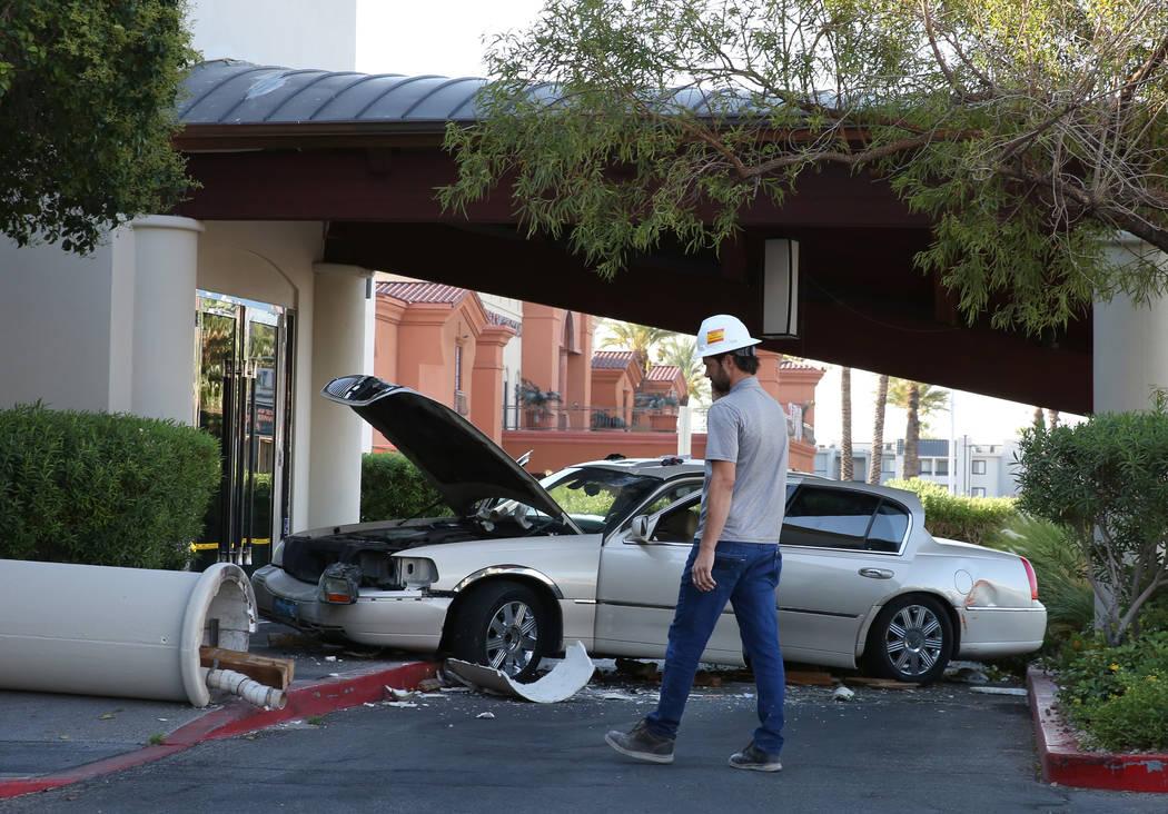 Un conductor sospechoso de estar bajo la influencia de sustancias, estrelló su vehículo contr ...