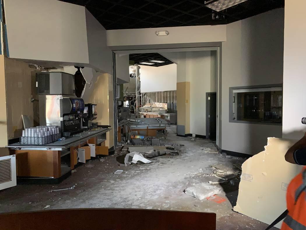 Mirando hacia el sitio de la explosión que dañó el Argenta Hall de la Universidad de Nevada, ...