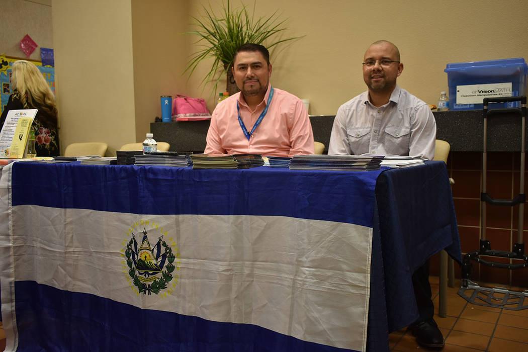 El vice-cónsul de El Salvador en Las Vegas, Juan Carlos Alvarado, y Jorge Márquez representar ...