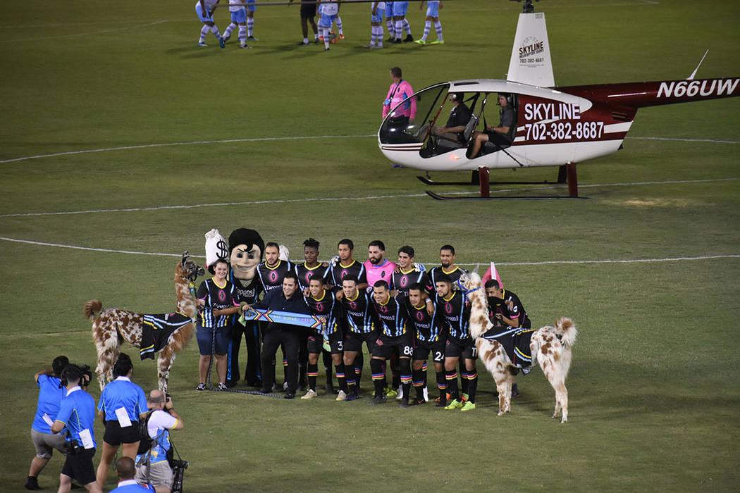 Las Vegas Lights FC se toma la tradicional foto previa al partido, en esta ocasión con un heli ...