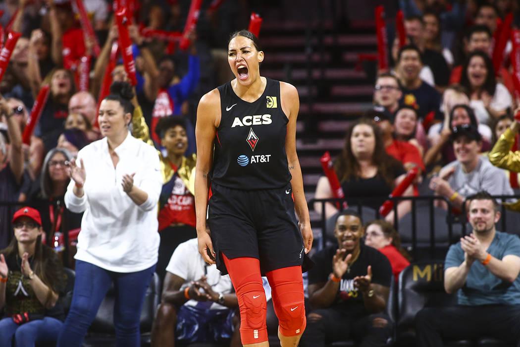 Liz Cambage de Las Vegas Aces celebra durante la segunda mitad de un partido de baloncesto de l ...
