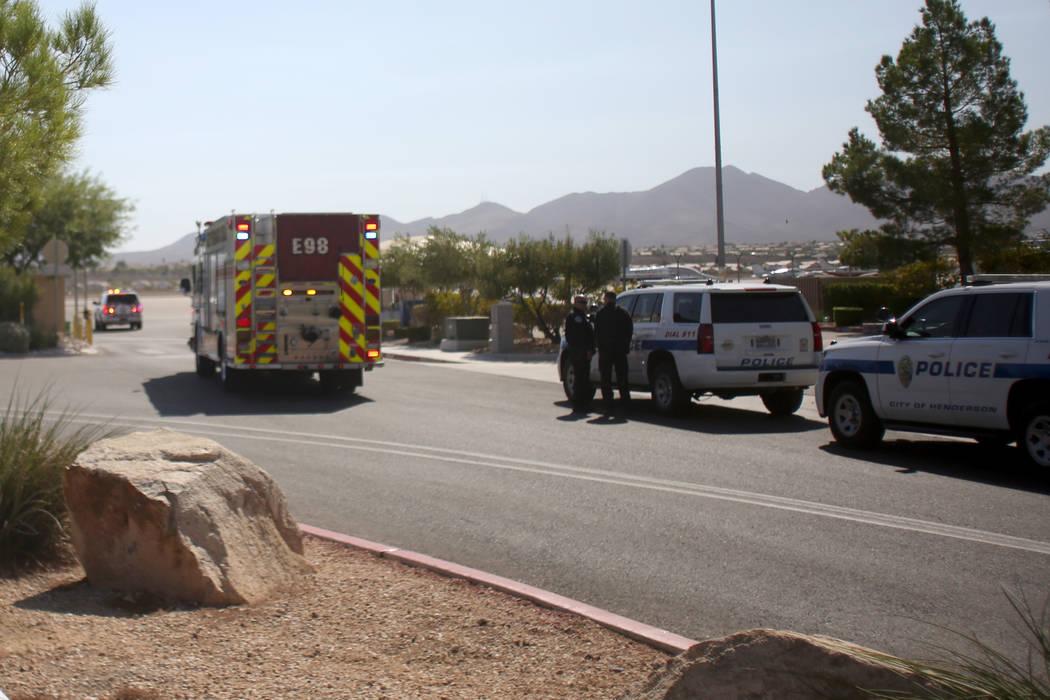 La policía y el Departamento de Bomberos llegan después de que un pequeño avión aterrizara ...